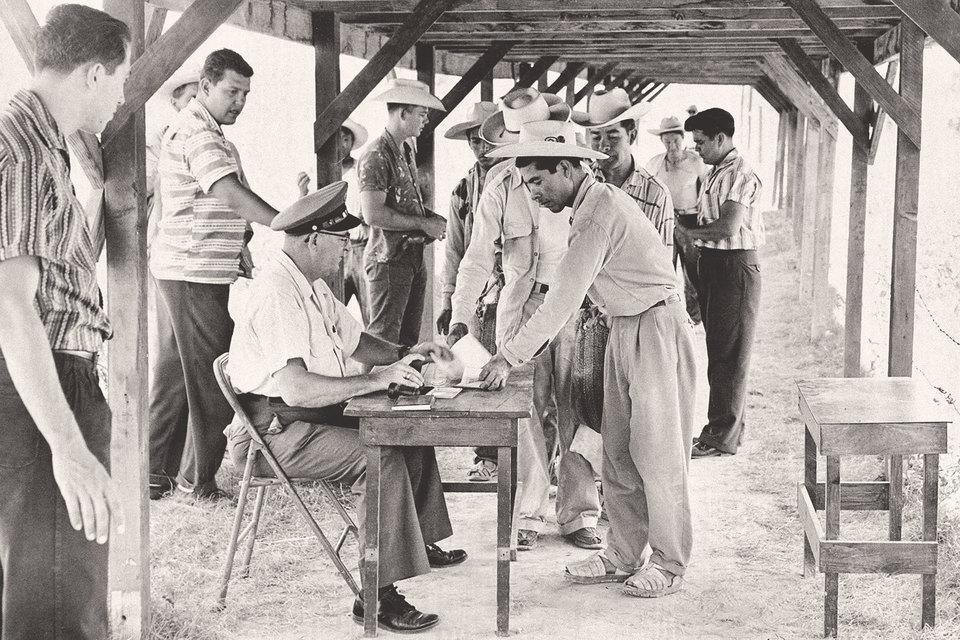 Мексиканские рабочие регистрируются в трудовом центре в Идальго, штат Техас, 1959 г.
