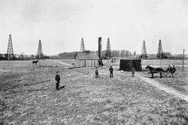 """Гигантский траст Standard Oil был принудительно разделен на несколько десятков компаний в 1911 г. Две из этих компаний - Jersey Standard и Socony - активно развивались, и впоследствии сменили названия на Exxon и Mobil, соответственно. В 1998 г. они объединились - сумма сделки составила $73,7 млрд. """"Роснефть"""", в свою очередь, была образована на базе министерства нефтяной и газовой промышленности СССР (до 1993 г. - «Роснефтегаз»). В 1990-х гг. из нее были выведены многие активы, а в 2000 гг. начался обратный процесс. «Роснефть» купила основные активы обанкроченного «ЮКОСа», а затем - ТНК-ВР."""