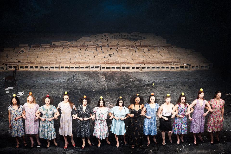 Танцовщики Пины Бауш идут стеной, но каждый – уникальная личность