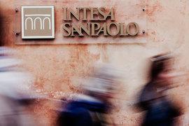 Intesa выступает консультантом «Роснефтегаза» по сделке, пишет Reuters