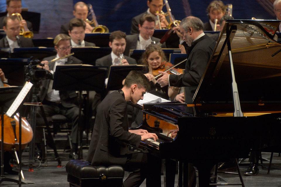 Абисал Гергиев дебютировал с надежным аккомпанементом