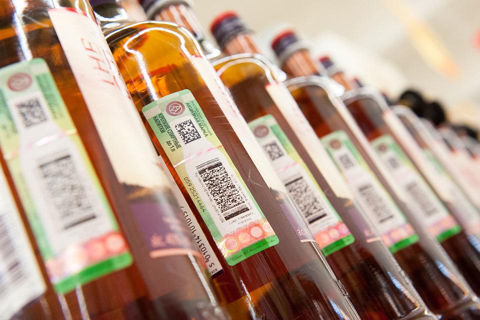 Акциз на крепкий алкоголь в 2016 г. рассчитывается как 500 руб. за литр безводного спирта. По закону о бюджете на 2017 г. акциз будет увеличен до 523 руб., т. е. на показатель инфляции