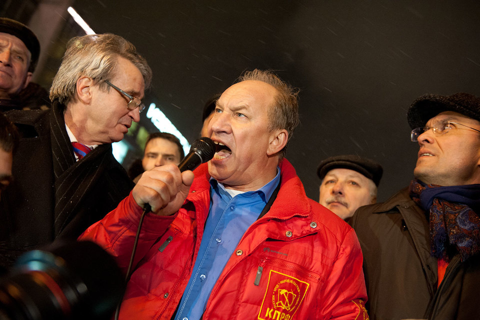 Депутат Валерий Рашкин (в центре) хочет встречаться с избирателями без ограничений