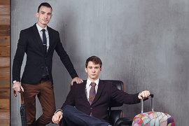Евгений Ларин (слева на фото) и Игорь Свенцицкий придумывают яркие расцветки для чехлов – чтобы противопоставить их прочной, но некрасивой багажной пленке
