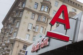 Заемщик перестал платить по кредиту, поэтому Альфа-банк подал иск в суд, пояснил представитель банка