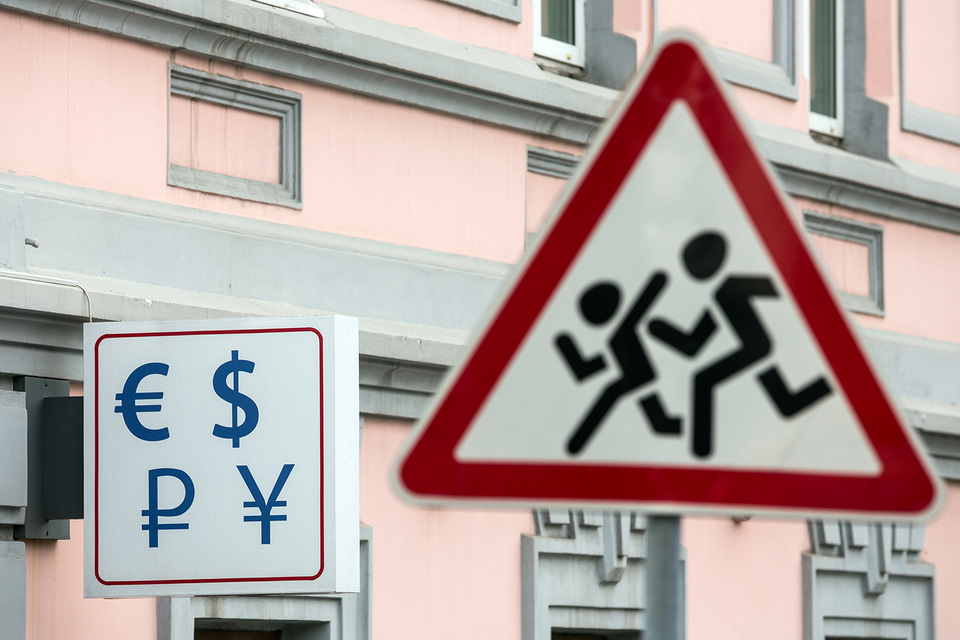Доллар и евро подошли к очередным психологическим рубежам