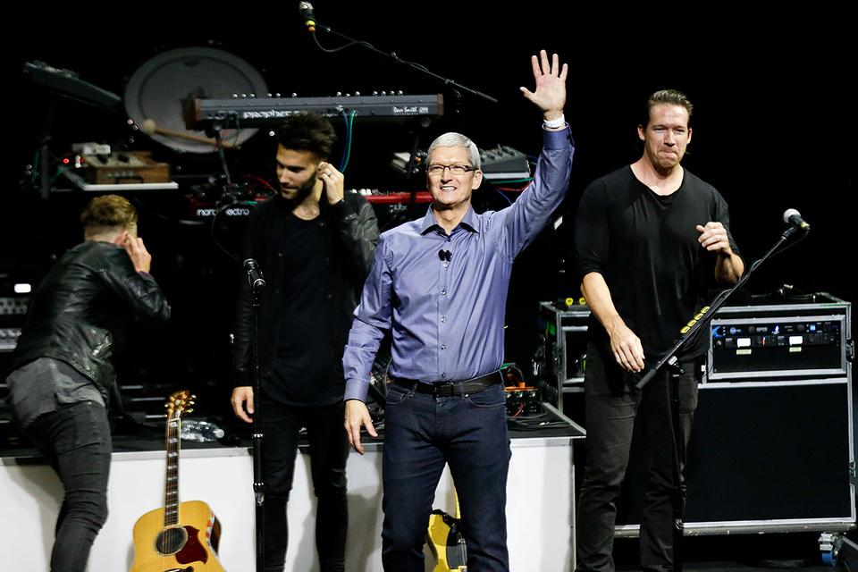 Гендиректор Apple Тим Кук (в центре)