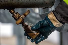 Избыток нефти на рынке не сокращается, из-за чего цены падают все ниже и ниже