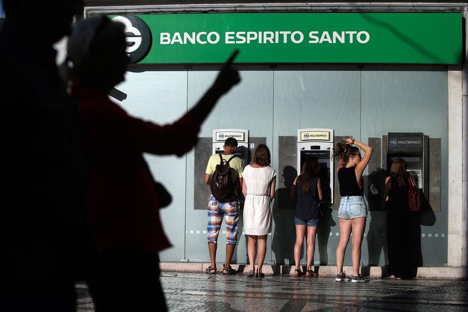 В конце декабря пять выпусков облигаций на сумму 2 млрд евро с погашением в 2016–2024 гг. были переведены обратно – в ликвидируемый Espirito Santo