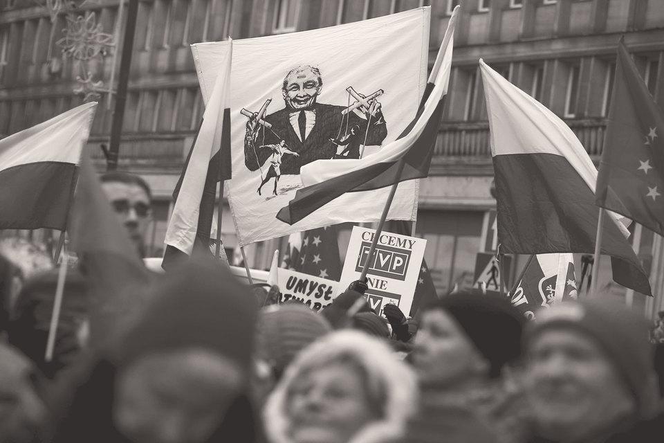 В Польше проходят многотысячные митинги протеста против изменений законодательства правящей партией