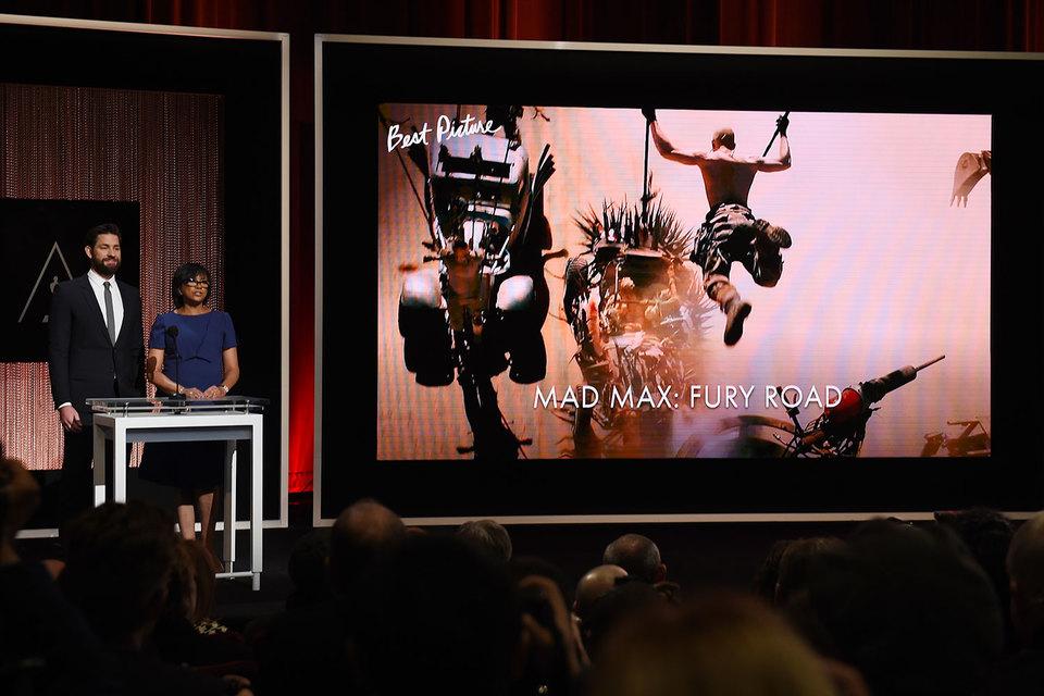 Президент академии Шерил Бун Айзекс и актер Джон Красински объявляют номинантов на приз за лучший фильм. На экране – «Безумный Макс. Дорога ярости» Джорджа Миллера