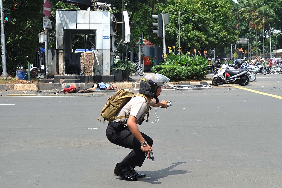Представитель полиции Джакарты полковник Мухаммад Икбаль заявил, что убиты пять подозреваемых террористов