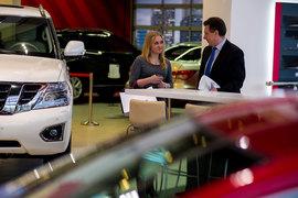 В 2015 г. продажи автомобилей в России упали на 35,7%, в 2016 г. падение замедлится до 4,7%, ожидает АЕБ