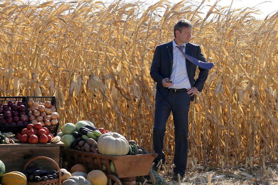 Министр сельского хозяйства Александр Ткачев попросил правительство проверить его связь с крупным агрокомплексом, основанным его отцом