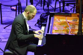 Андрей Коробейников предпочитает исполнять шедевры в оригинале