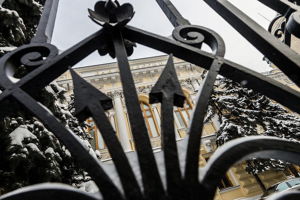 Банки просят ЦБ защитить их от падения рубля