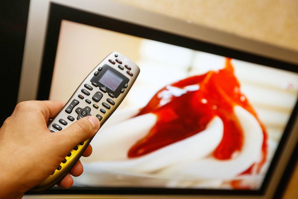 Телевизор вынимают из пакета