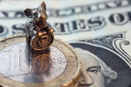 Торги в четверг начались резким падением курса рубля
