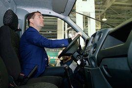 Медведев оценил пользу от поддержки автопрома в 2016 году