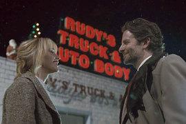 Актеры-талисманы Дэвида О. Рассела Дженнифер Лоуренс и Брэдли Купер на этот раз играют людей, умеющих продавать