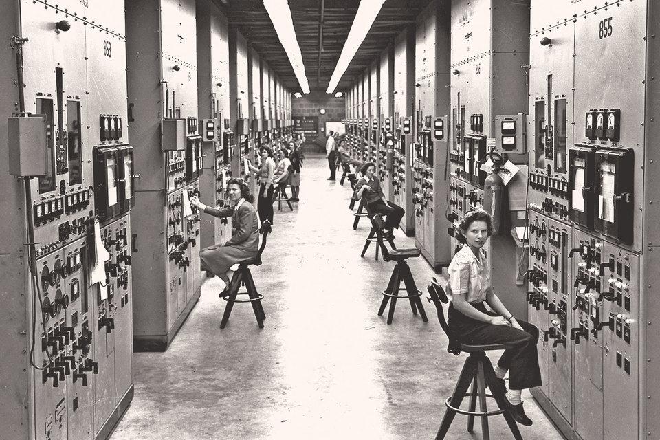 Манхэттенский проект был примером мобилизации ученых для решения важнейшей конкретной проблемы во время Второй мировой войны. На фото: операторы калютрона (ускорителя тяжелых ионов) на обогатительном заводе в Ок-Ридже