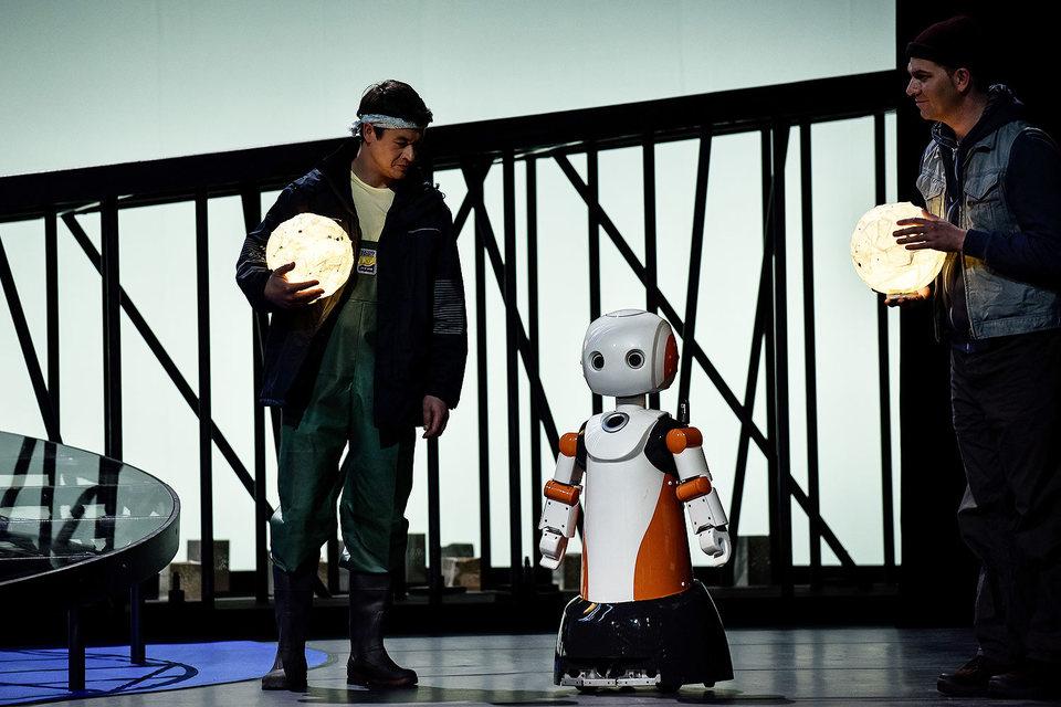 Спектакль «Спокойное море» соединяет традиции театра но с актуальным содержанием