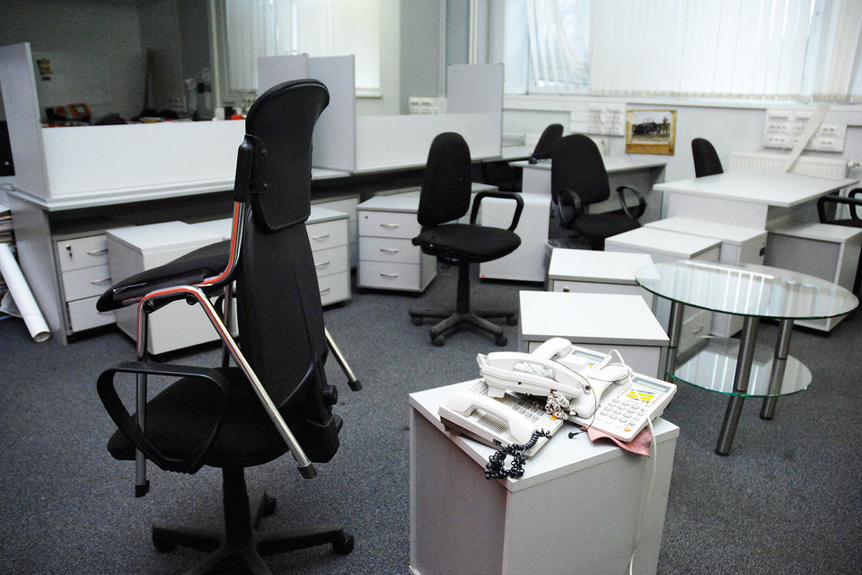 ЦБ проверит есть ли в офисе электричество, водоснабжение, стационарная телефонная связь, отопление, проводная компьютерная сеть, интернет, WiFi, канализация, перечисляется в анкете