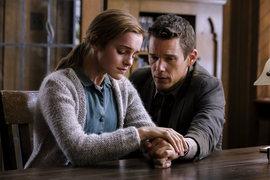 Детектив (Итан Хоук) принимает страдания жертвы насилия (Эмма Уотсон) слишком близко к сердцу