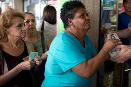 Венесуэльцы вынуждены часами стоять в очередях за основными товарами, чтобы побыстрее потратить стремительно обесценивающиеся боливары