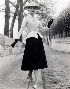 ee6833b9302c Дебютный показ Кристиана Диора состоялся 12 февраля 1947 г. на авеню  Монтень в Париже,