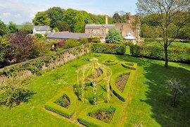 За последние годы Юрова приобрела, например, за 4,11 млн фунтов стерлингов «фамильный замок Юровых» – Oxney Court в графстве Кент