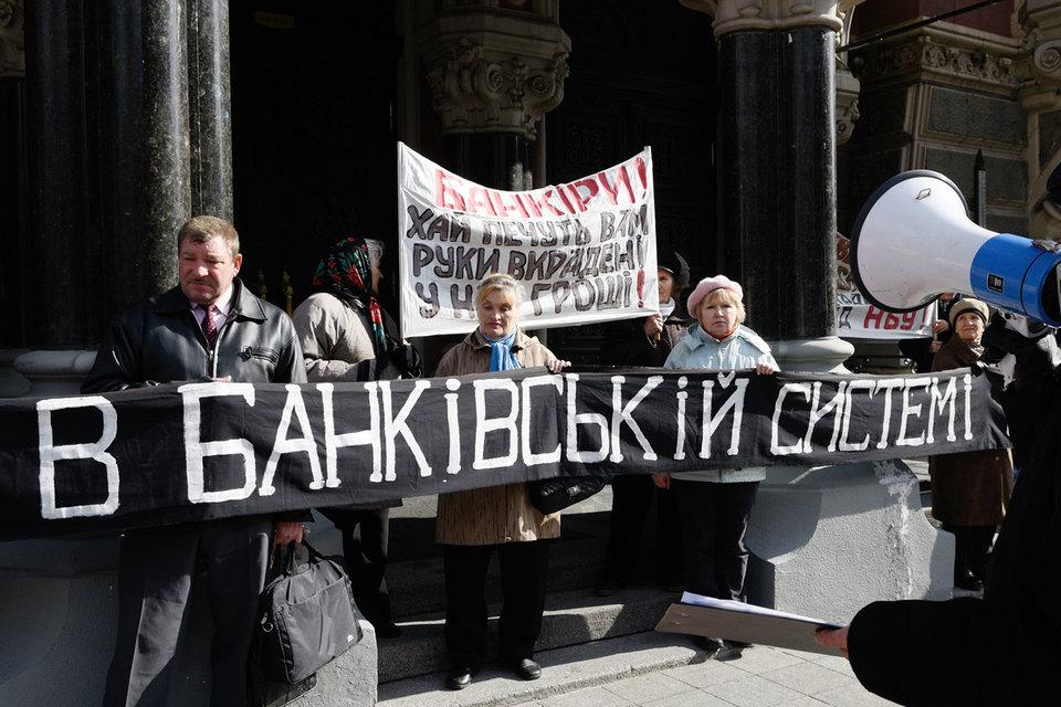 Рожкова считает, что развития украинских «дочек» российских банков быть не может, поскольку наращивание активов требует дополнительного капитала