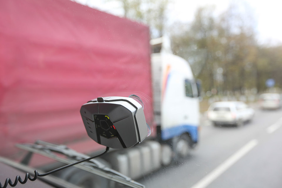 Чтобы не платить в систему, водители часто выключают устройство и включают только перед рамкой, чтобы не нарваться на штраф, рассказывает один из участников рынка перевозок