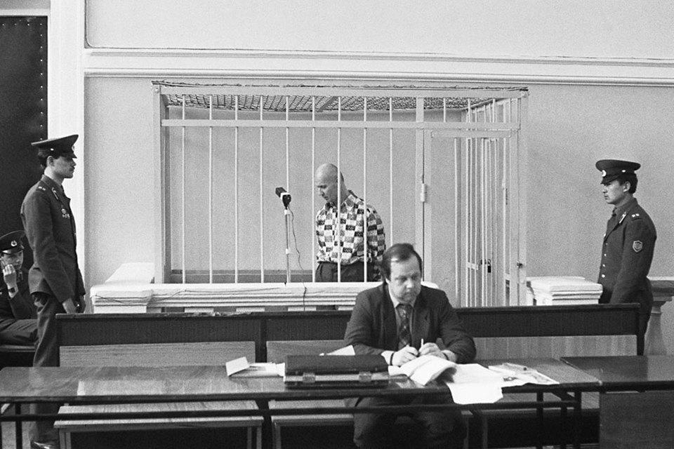 Впервые металлическая клетка была использована в 1992 г. на процессе Чикатило – с целью оградить подсудимого от мести родственников жертв