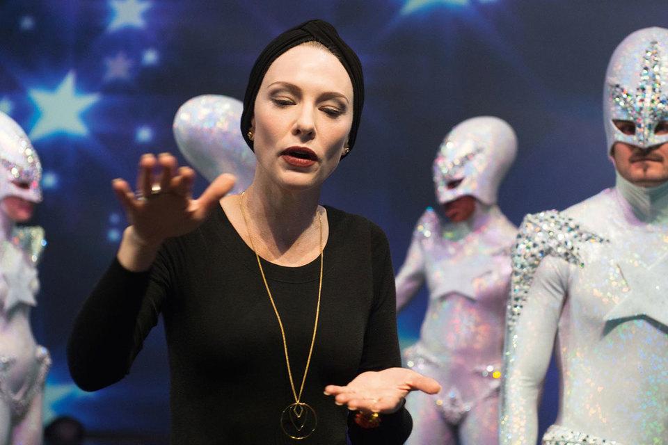 Кейт Бланшетт в роли хореографа, репетирующего танец маленьких инопланетян