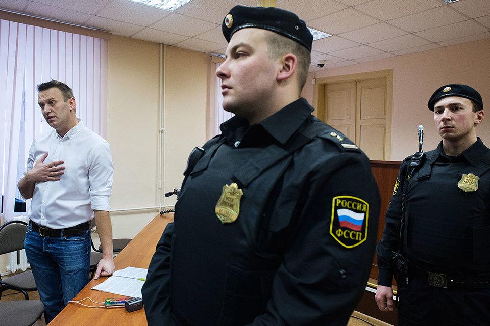 Алексей Навальный (слева) так и не услышал в Ленинском районном суде Кирова ничего для себя нового