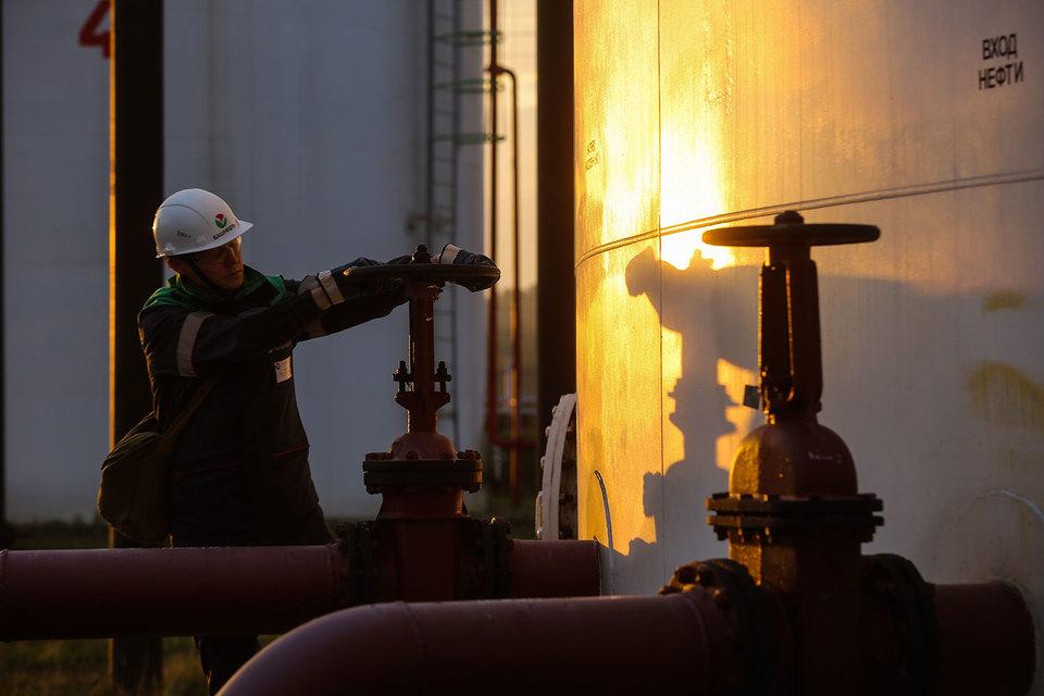 По договоренности между странами Россия обязалась снизить добычу на 300 000 барр. в сутки от уровня октября 2016 г.