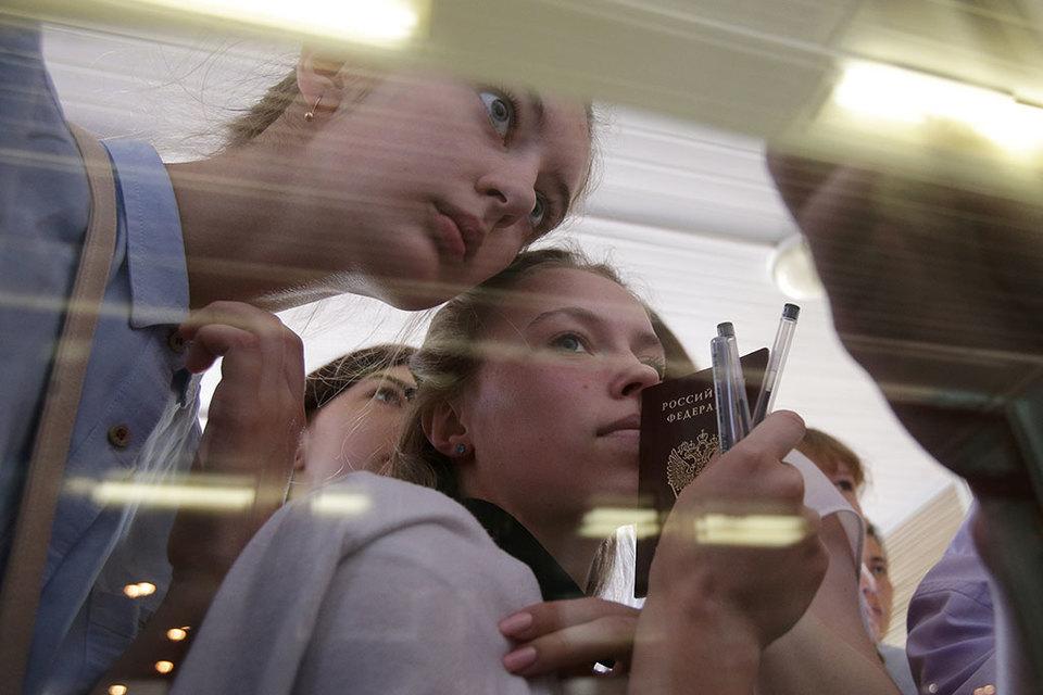 Этим летом школьники будут сдавать ЕГЭ без мобильной связи