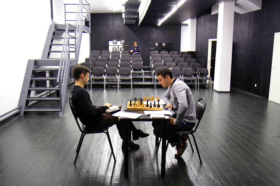 В спектакле о времени больше всех спешат шахматные часы