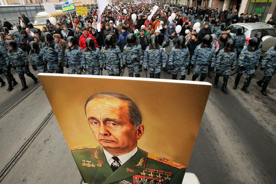 Лучшими для жизни в стране россияне считают эпохи Владимира Путина и Леонида Брежнева, выяснили социологи