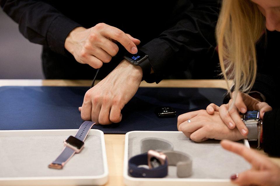 Самый продаваемый в России носимый мобильный аксессуар по итогам 2016 г. - смарт-часы Apple Watch