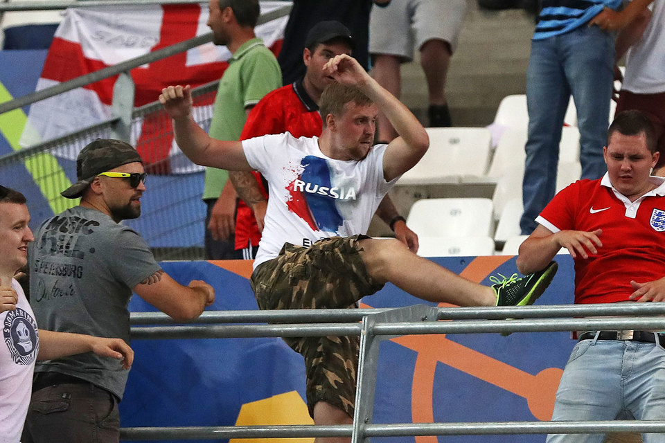 Российские футбольные хулиганы грозят английским фанатам