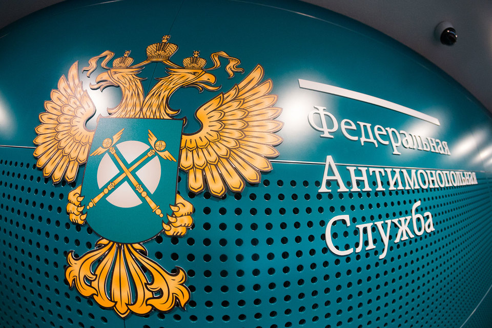 Законодательное собрание Петербурга неправомерно заключило контракт за 439 млн руб. на транспортное обслуживание депутатов c единственным поставщиком