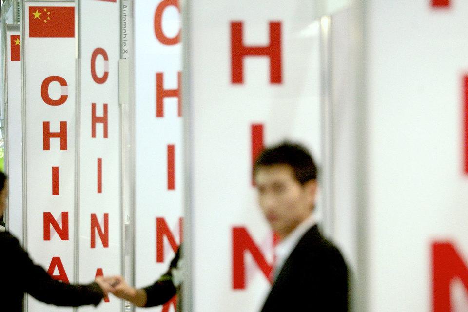 Худшие перспективы у облигаций и валюты Китая, показал опрос Bloomberg