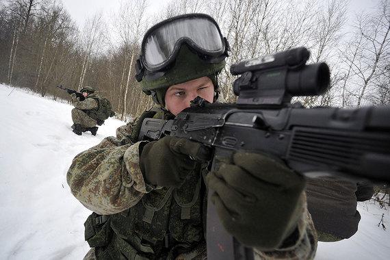 Экипировка «Ратник» – комплект «солдата будущего». Принята на вооружение - за 2014-2015 гг. Минобороны получило свыше 70 000 комплектов, планируется закупка 50 000 «Ратников» в год. Таким образом, она доступна простому солдату. Экипировка включает около 40 элементов, начиная от личных вещей и заканчивая вооружением, оптикой, средствами связи, навигацией, системами опознавания, индивидуальной защиты, жизне- и энергообеспечения