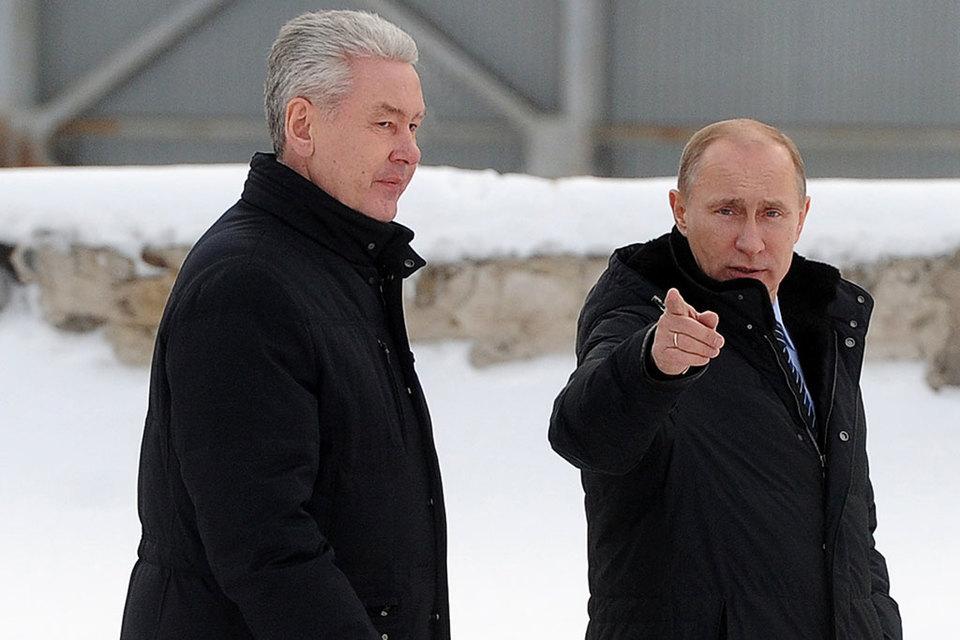 Президент Владимир Путин (справа) указал путь жителям московских пятиэтажек