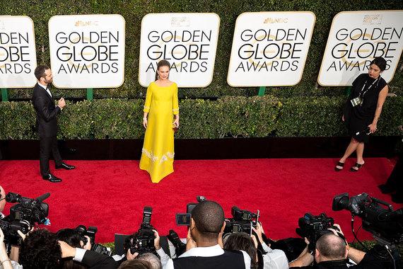 Церемонию вручения «Оскаров» Натали Портман пропустила из-за беременности, а для «Глобуса» выбрала ярко-желтое платье Prada и украшения Tiffany: архивный браслет с бриллиантами, а также серьги и кольцо из платины с белыми и желтыми бриллиантами общей стоимостью $235 000