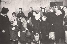 Очереди за продовольствием появились уже в 1915 г.