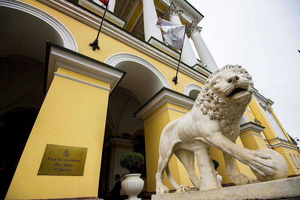 Цена в $400 млн завышена по сравнению со среднерыночной, но этот объект может продаваться как трофейный, цена такой недвижимости обычно выше, говорит Андрей Косарев