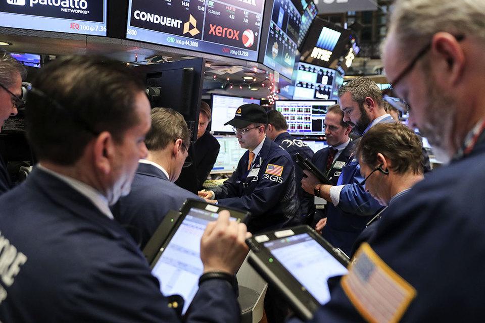 Некоторые управляющие готовятся заработать на общих ожиданиях рынка, что волатильности до и после французских выборов не будет.